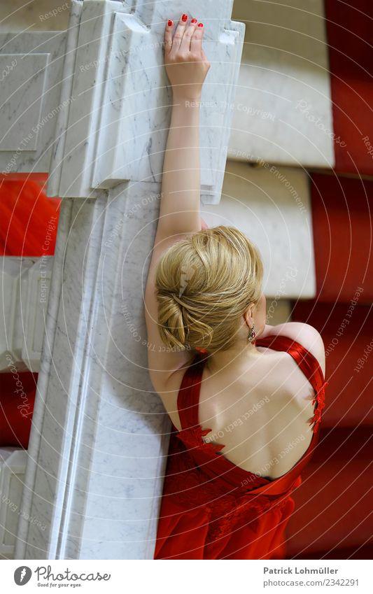 Lady in red elegant schön Körper Haare & Frisuren Haut feminin Junge Frau Jugendliche Erwachsene Kopf Rücken Arme Hand Finger 1 Mensch 18-30 Jahre Museum