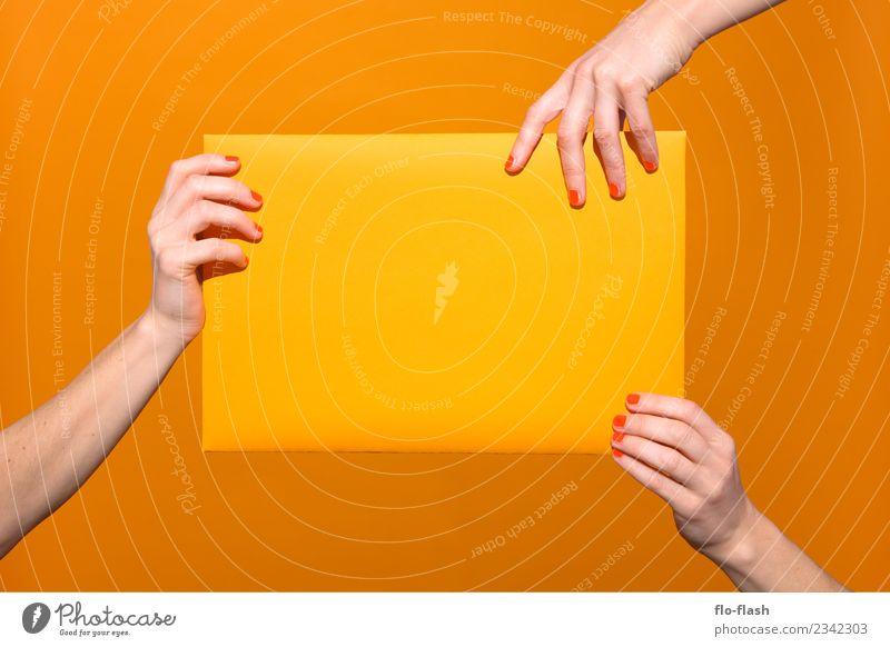 DREI WEIBLICHE HÄNDE GRABBELN GELBES PAPIER AN I Frau Jugendliche Junge Frau schön Freude Erwachsene gelb feminin Glück Schule Feste & Feiern orange Büro