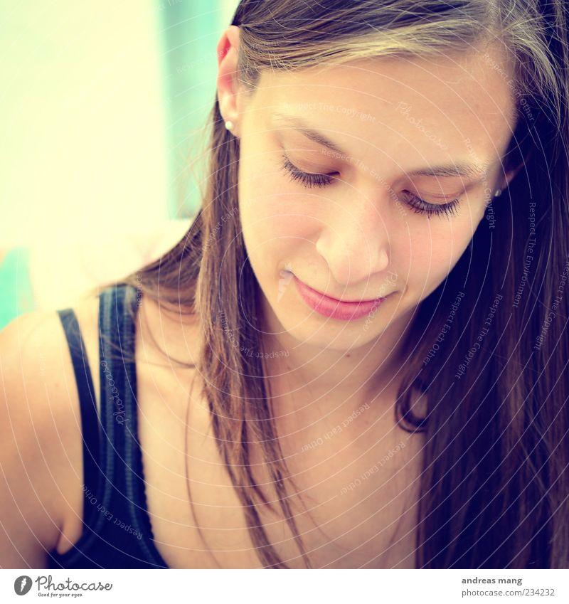 In den Sommer starten feminin Junge Frau Jugendliche 1 Mensch 18-30 Jahre Erwachsene Ohrringe brünett langhaarig Scheitel beobachten Denken genießen Lächeln
