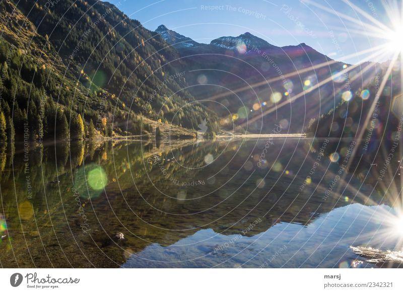 Riesachsee im Gegenlicht mit vielen Lensflares aber auch zwei Sonnensternen. Mit Blick zur Hochwildstelle. Reflexion & Spiegelung Blendeneffekt Gebirgssee