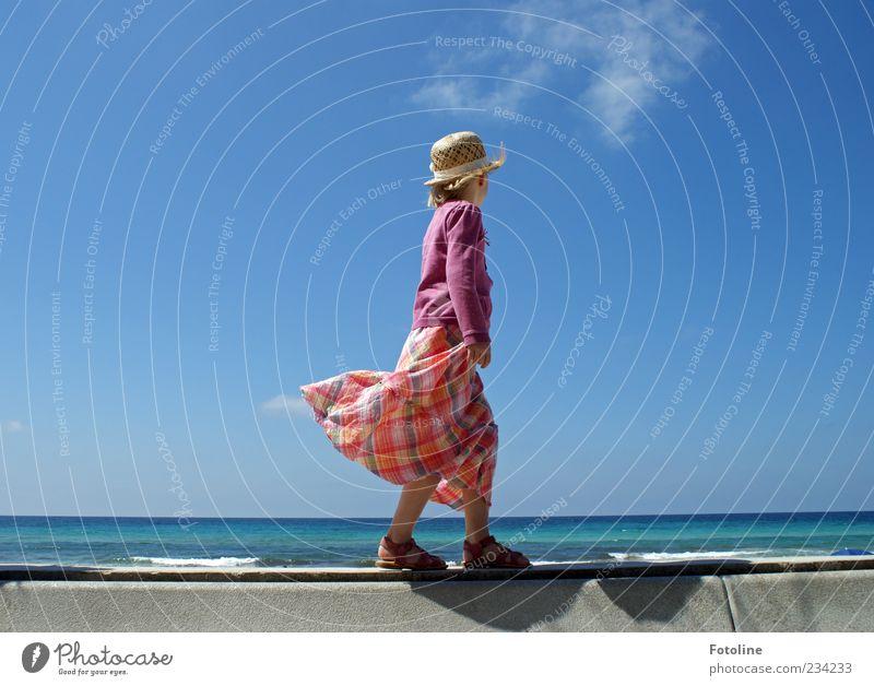Sommer Mensch feminin Mädchen Kindheit Arme Beine Fuß Umwelt Natur Schönes Wetter Wellen Küste Meer hell Wind Hut Kleid Jacke Sandale gehen Gleichgewicht
