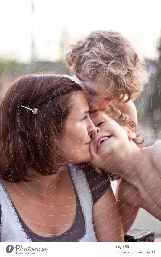 Mutterliebe Frau Kind Liebe nah Kuscheln Küssen Junge Familie & Verwandtschaft Freude Lächeln genießen Muttergefühl Geschwister Kindheitserinnerung Blick