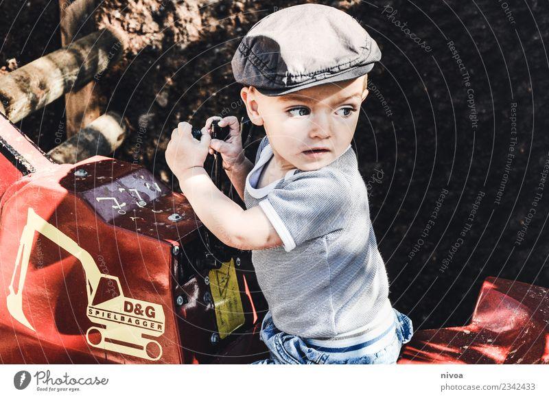 Junge auf dem Bagger Mensch maskulin Kind Gesicht 1 1-3 Jahre Kleinkind Umwelt Natur Park Verkehr Mode T-Shirt Hut Stein Sand Beton gebrauchen beobachten