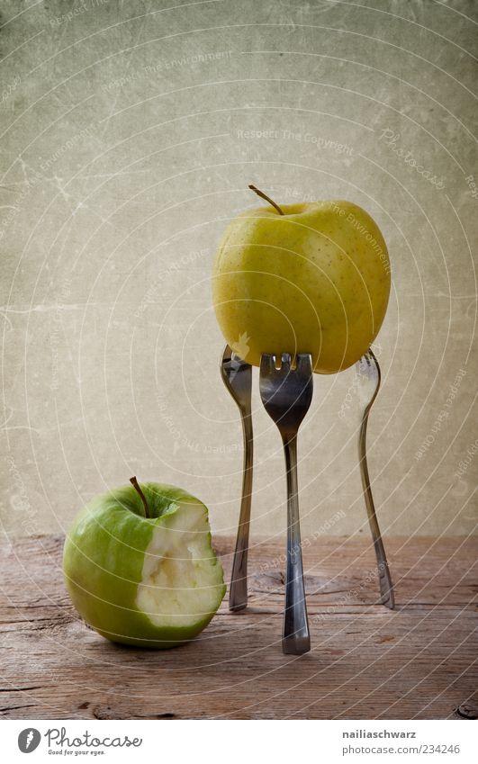 Zwei Äpfel Lebensmittel Frucht Apfel Ernährung Bioprodukte Vegetarische Ernährung Diät Gabel Holz Metall ästhetisch außergewöhnlich braun gelb grün Farbfoto