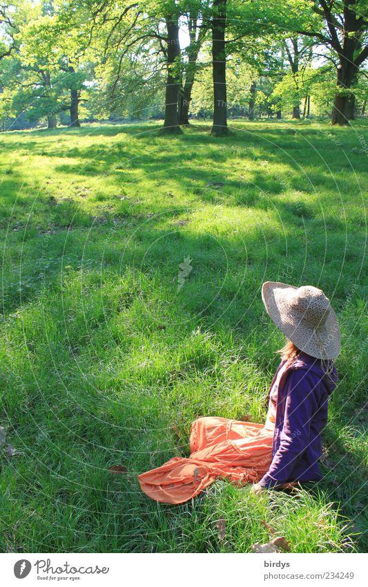 Frühlingsfarben Glück Mensch feminin Junge Frau Jugendliche 1 Natur Sommer Schönes Wetter Park Wiese Rock Hut langhaarig Erholung genießen sitzen ästhetisch