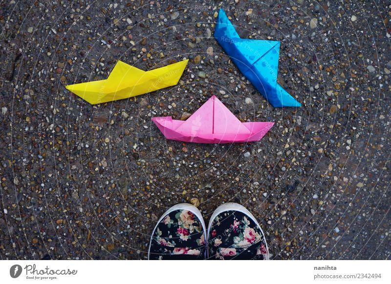 Dreifarbige Papierboote im Boden Lifestyle Freizeit & Hobby Spielen Kinderspiel Wassertropfen Wetter Regen Origami Kunsthandwerk Papierschiff Spielzeug