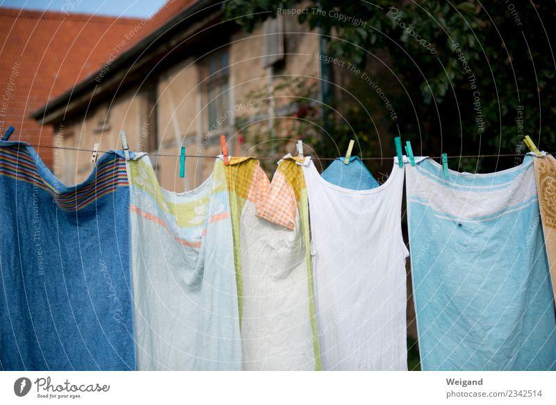 Waschtag Häusliches Leben Haus Lächeln frisch nachhaltig Handtuch Wäscheleine Waschen Landleben trocknen Wäscheklammern Erholung Farbfoto Menschenleer