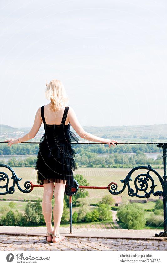 Rheinblick Wohlgefühl Zufriedenheit Erholung ruhig Ferne Freiheit Sommerurlaub feminin Frau Erwachsene 1 Mensch 18-30 Jahre Jugendliche Balkon Terrasse Mode