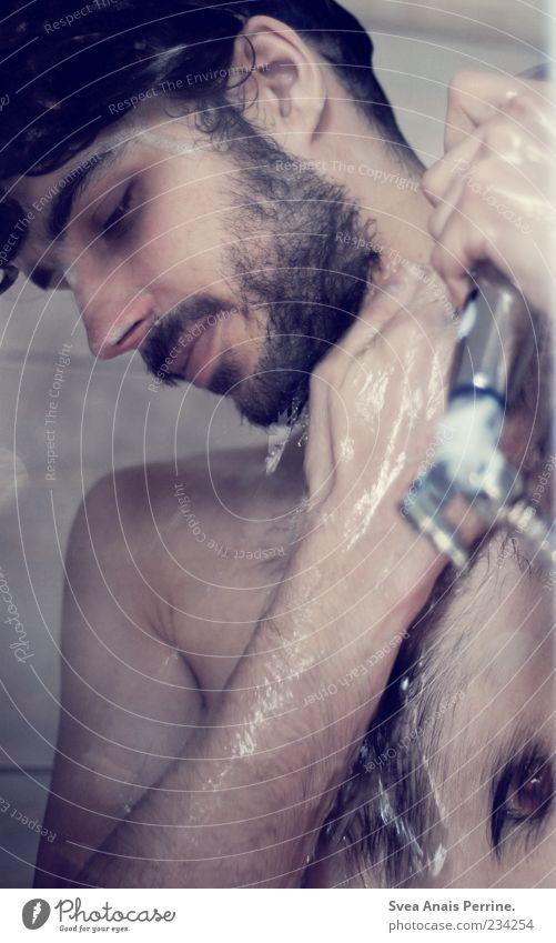 waschtag. Mensch Jugendliche Wasser Erwachsene nackt lachen Körper Haut nass natürlich maskulin Behaarung Wassertropfen 18-30 Jahre Sauberkeit festhalten
