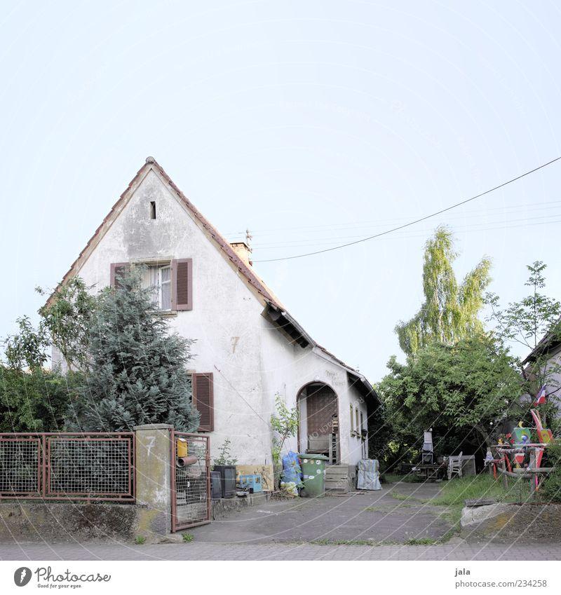 künstlerhaus alt Baum Pflanze Haus Architektur Gras Garten Gebäude Sträucher trist Bauwerk Dorf Zaun Wolkenloser Himmel verwittert Einfamilienhaus