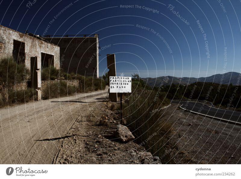 Lieber rechts halten Natur Einsamkeit Haus ruhig Straße Umwelt Landschaft Berge u. Gebirge Wege & Pfade Erde Fassade Schilder & Markierungen Hinweisschild