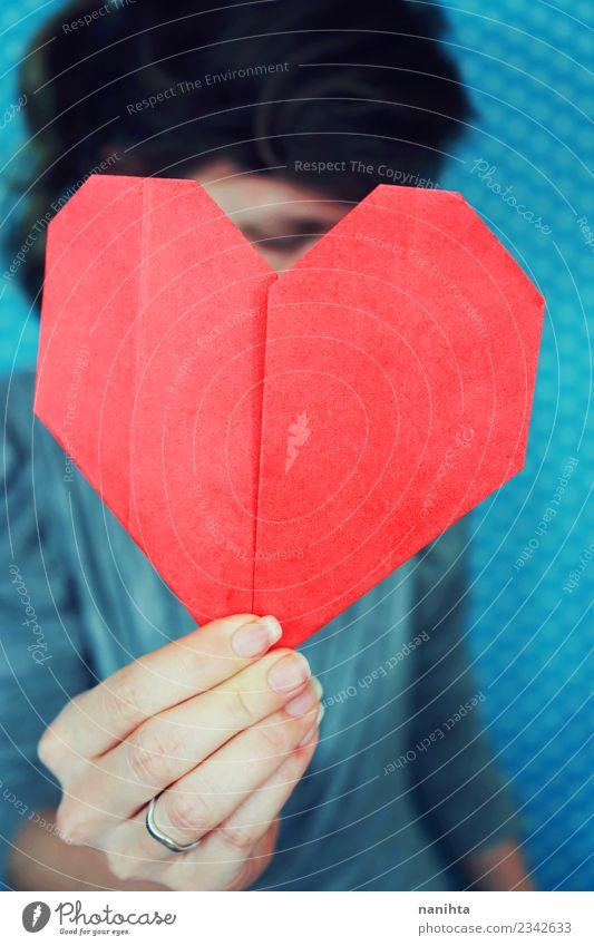 Frau, die ein rotes Origami-Papierherz hält. Gesundheit Gesundheitswesen Mensch feminin Junge Frau Jugendliche 1 18-30 Jahre Erwachsene Kunsthandwerk Herz