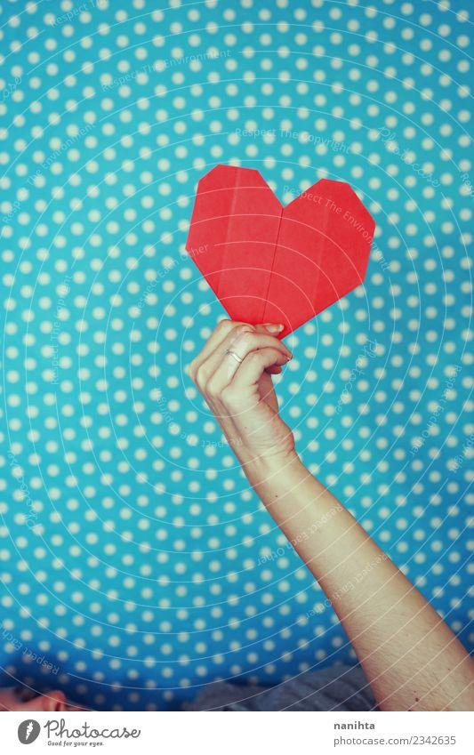 Hand hält ein rotes Papierherz vor blauem Hintergrund. Design Feste & Feiern Valentinstag Muttertag Mensch feminin Junge Frau Jugendliche 1 18-30 Jahre