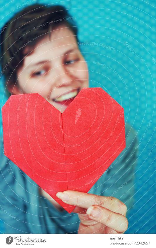 Junge glückliche Frau, die ein rotes Papierherz hält. Lifestyle Freude schön Gesundheit Gesundheitswesen Wellness Leben Wohlgefühl Freizeit & Hobby Handarbeit