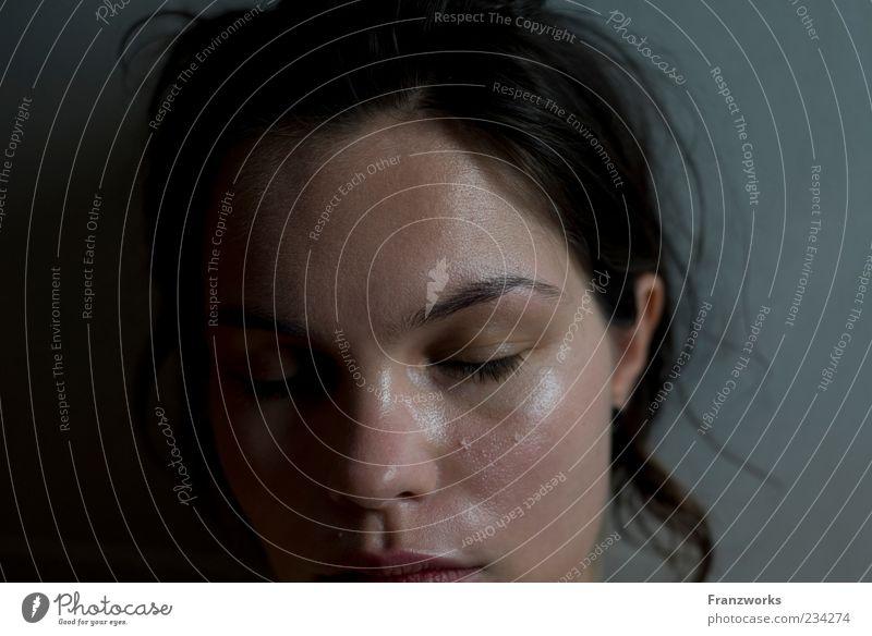 pur Mensch Jugendliche schön Einsamkeit ruhig Gesicht Erwachsene Erholung Leben feminin Gefühle Traurigkeit träumen authentisch 18-30 Jahre Junge Frau