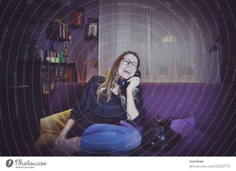 kommunikation damals Frau Telefongespräch sprechen lachen Kommunizieren Telekommunikation früher retro alt analog Sofa Wohnung Häusliches Leben