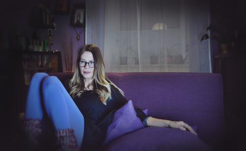 .. und ich warte Frau Junge Frau 1 Mensch Brillenträger Sofa sitzen Häusliches Leben Wohnung häuslich gemütlich Winter dunkle Jahreszeit dunkel violett