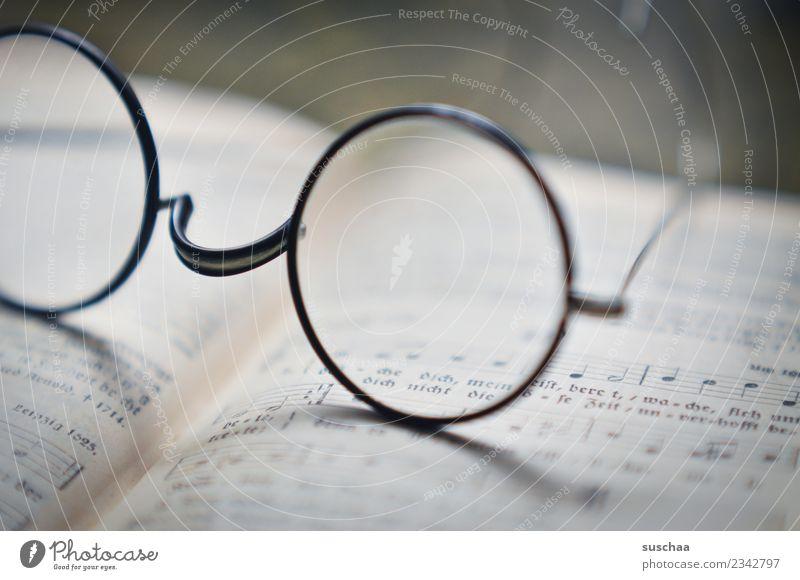 sehkrücken Brille lesen Schwache Tiefenschärfe Unschärfe Buch singen Gesangbuch Musiknoten Religion & Glaube kirche nickelbrille Glas Sehvermögen Brillengestell