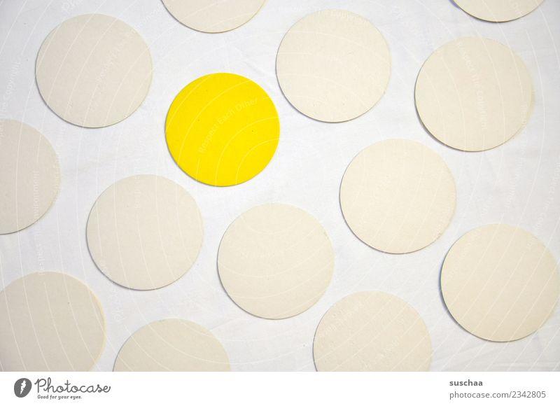 der gelbe punkt rund Kreis Punkt weiß Symbole & Metaphern Farbe einfarbig Muster ausnahme Außenseiter inklusion Integration Randgruppe außergewöhnlich