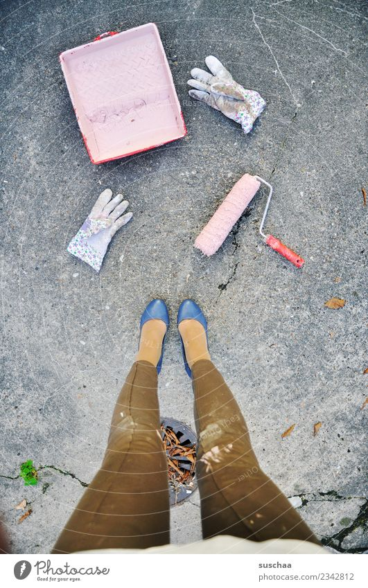 frauenpower Frau Farbe Beine rosa Arbeit & Erwerbstätigkeit dreckig Kraft streichen Renovieren Damenschuhe Emanzipation tapezieren Arbeitshandschuhe