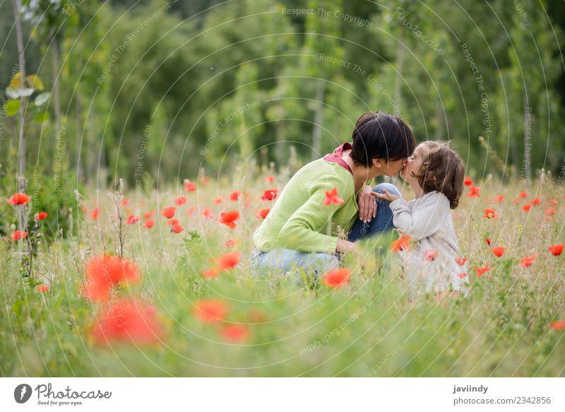 Glückliche Mutter küsst ihre kleine Tochter im Mohnfeld. Kind Mensch Mädchen Frau Erwachsene Familie & Verwandtschaft Kindheit 2 3-8 Jahre 30-45 Jahre Natur