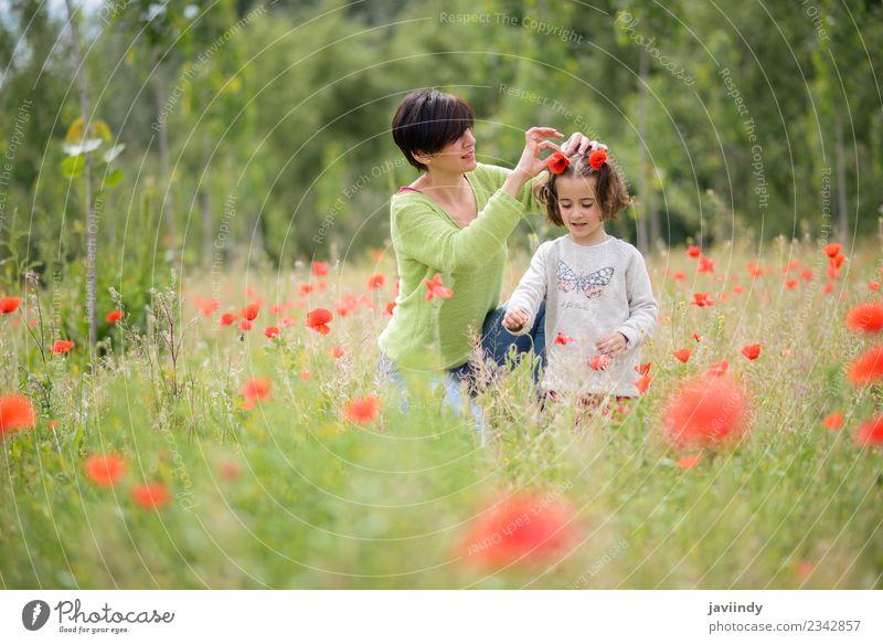Glückliche Mutter mit ihrer kleinen Tochter im Mohnfeld Lifestyle Freude Spielen Kind Mensch Mädchen Frau Erwachsene Familie & Verwandtschaft Kindheit 2