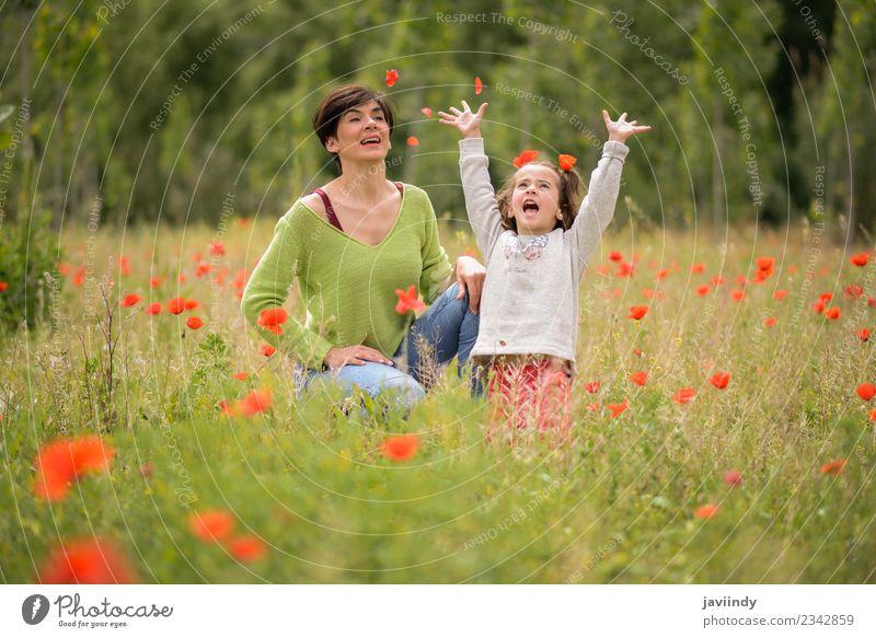 Glückliche Mutter mit ihrer kleinen Tochter im Mohnfeld Lifestyle Freude Kind Mensch feminin Mädchen Frau Erwachsene Familie & Verwandtschaft Kindheit 2