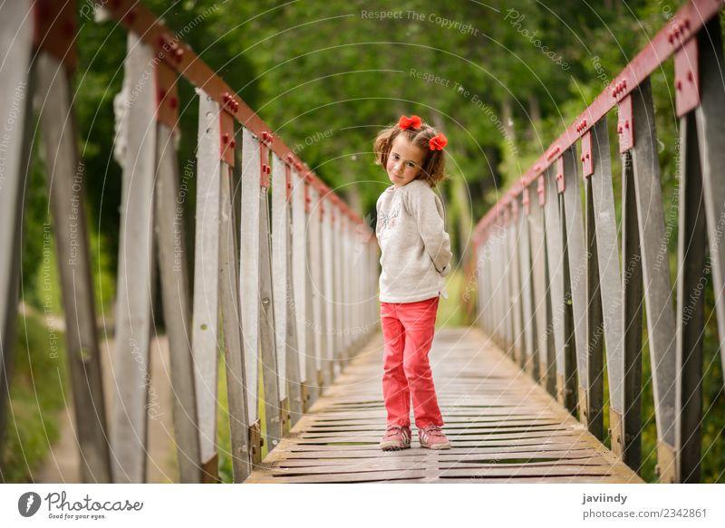 Süßes kleines Mädchen, das Spaß in einer ländlichen Brücke hat. Freude Glück schön Leben Spielen Kind Mensch Baby Frau Erwachsene Kindheit 1 3-8 Jahre Natur
