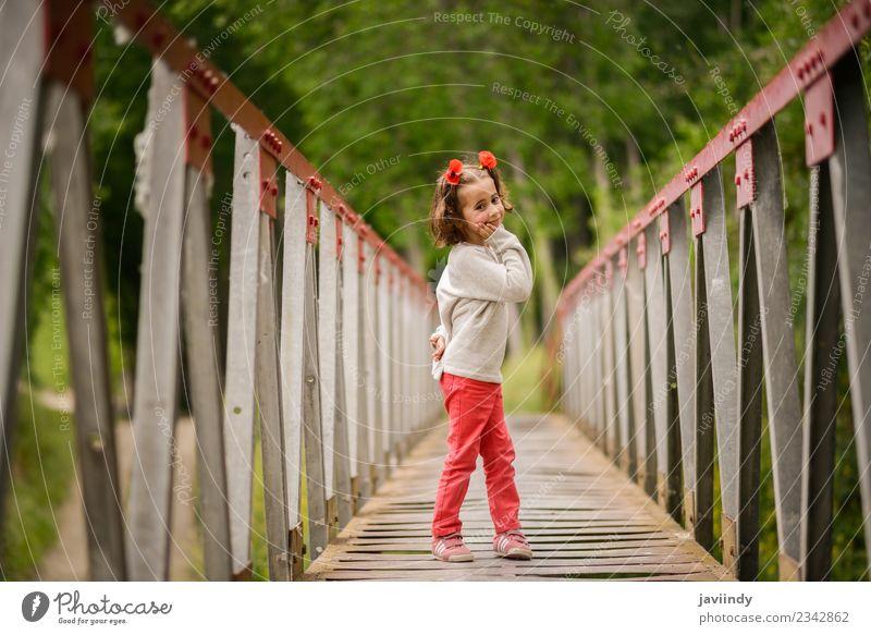 Süßes kleines Mädchen mit vier Jahren in einer ländlichen Brücke. Freude Glück schön Leben Spielen Kind Mensch Baby Frau Erwachsene Kindheit 1 3-8 Jahre Natur