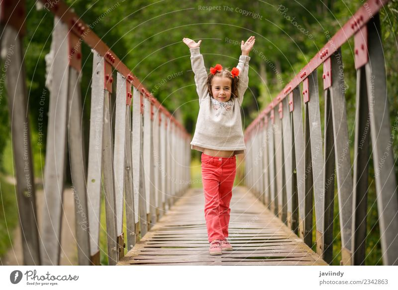 Süßes kleines Mädchen mit vier Jahren, das Spaß in der Natur hat. Freude Glück schön Leben Spielen Kind Mensch Frau Erwachsene Kindheit 1 3-8 Jahre Blume Brücke