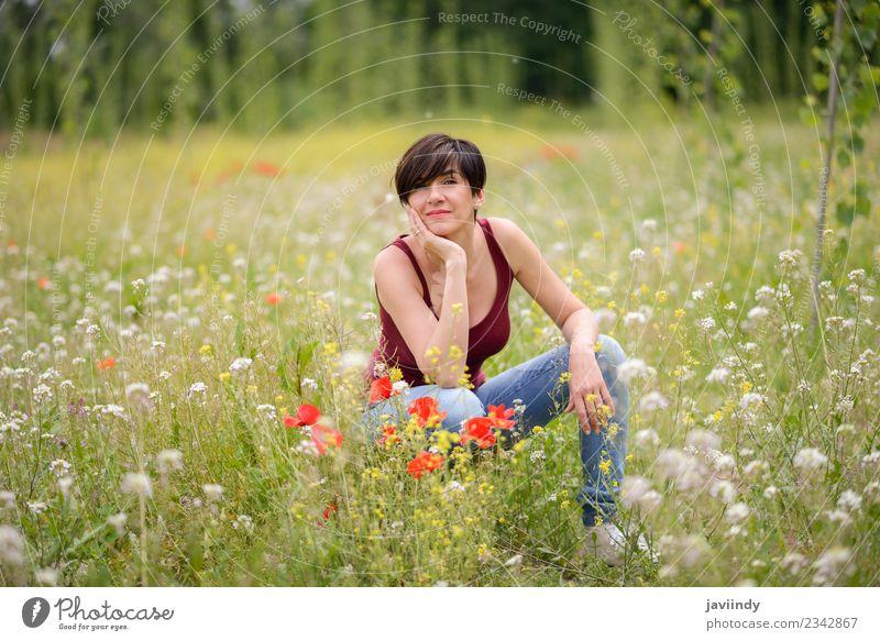 Glückliche Frau mit kurzem Haarschnitt im Mohnfeld. Lifestyle Freude schön Spielen Kind Junge Frau Jugendliche Erwachsene 1 Mensch 30-45 Jahre Natur Blume Gras