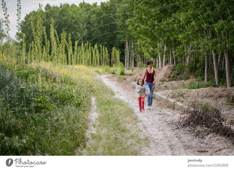 Glückliche Mutter mit ihrer kleinen Tochter auf dem Landweg. Lifestyle Kind Mensch Mädchen Frau Erwachsene Eltern Familie & Verwandtschaft Kindheit Jugendliche