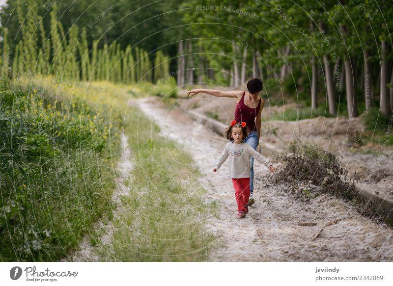 Frau Kind Mensch Natur weiß Blume Mädchen Erwachsene Lifestyle Liebe Wiese Familie & Verwandtschaft Gras klein Spielen Zusammensein