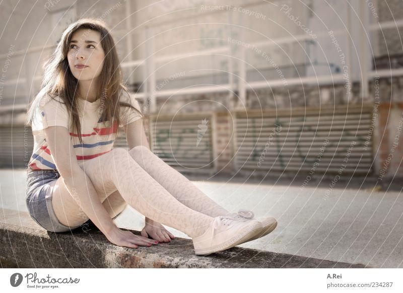 Sarah im Licht Mensch Jugendliche Erwachsene feminin Graffiti lachen Mauer sitzen 18-30 Jahre T-Shirt Junge Frau Jeanshose Freundlichkeit Geländer brünett langhaarig