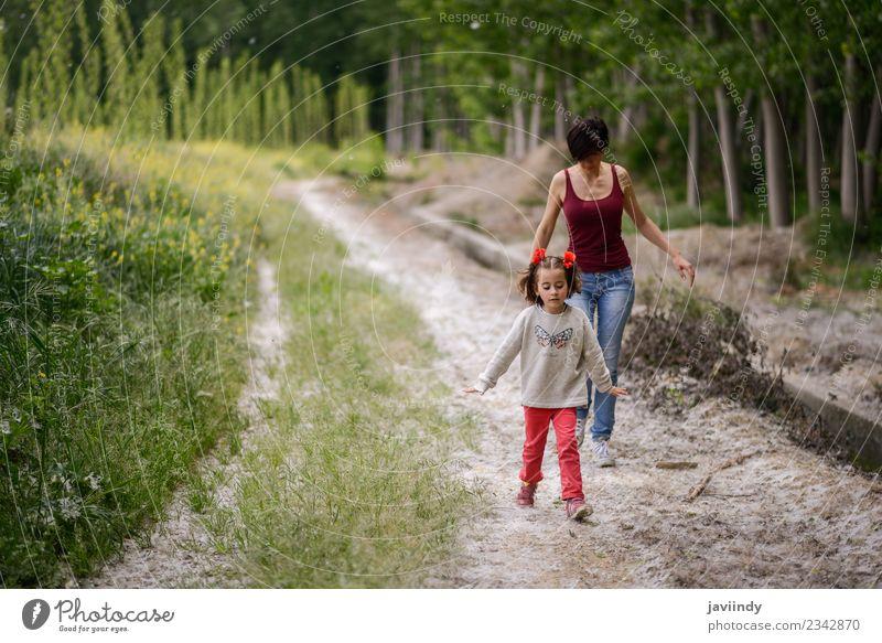 Glückliche Mutter mit ihrer kleinen Tochter auf dem Landweg. Lifestyle Spielen Kind Mensch Baby Frau Erwachsene Eltern Familie & Verwandtschaft Kindheit 2