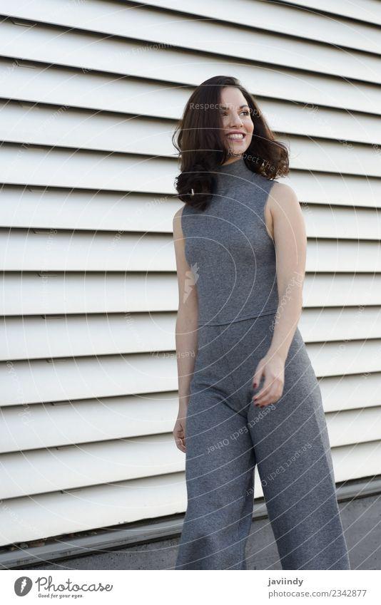 Junge Frau in Freizeitkleidung, die im Freien lächelt. Lifestyle Stil Glück schön Haare & Frisuren Mensch feminin Erwachsene Jugendliche 1 18-30 Jahre Straße