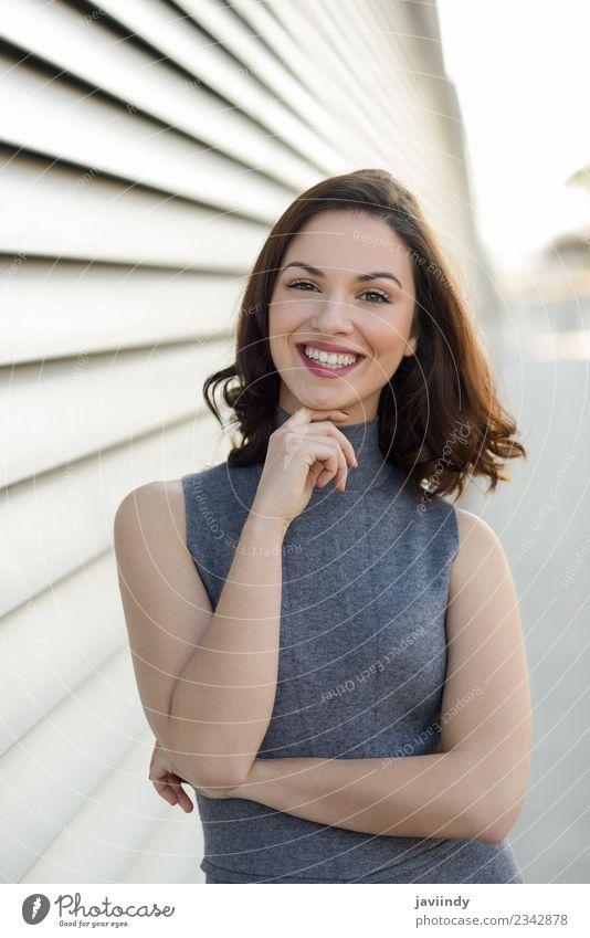 Junge Frau in Freizeitkleidung, die im Freien lächelt. Lifestyle Stil Glück schön Haare & Frisuren Mensch feminin Jugendliche Erwachsene 1 18-30 Jahre Straße