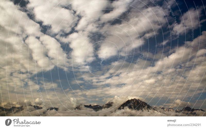 bis in den Himmel Umwelt Luft Erde Wolken Gewitterwolken Horizont Klima Klimawandel Wetter Alpen Berge u. Gebirge Gipfel blau oben Höhenmeter Farbfoto