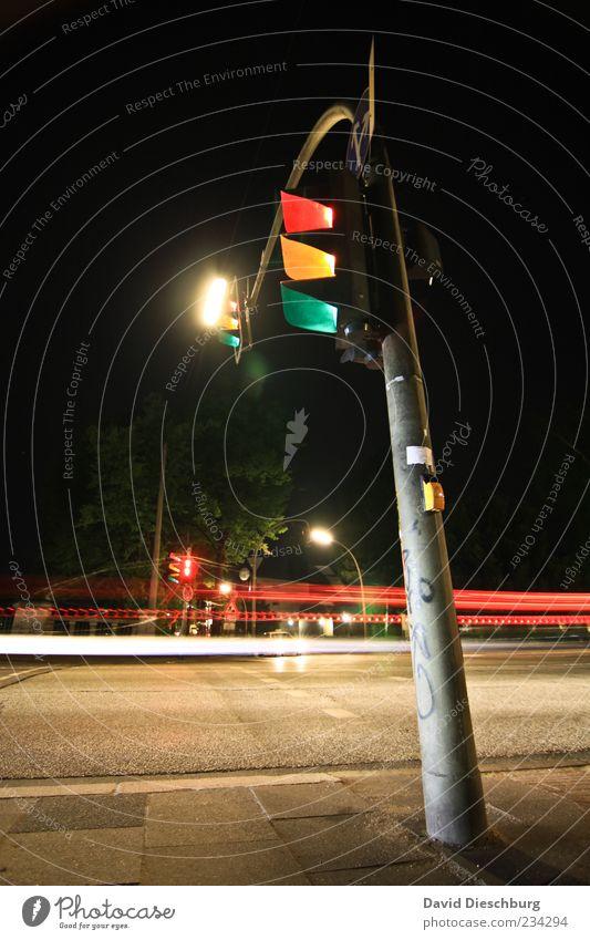 RGB-Ampel Verkehr Verkehrswege Straßenverkehr Straßenkreuzung Wege & Pfade Wegkreuzung gelb grün rot schwarz Linie Bewegungsunschärfe Bürgersteig Laterne Lampe