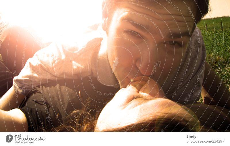 Knutschen... Lifestyle Freude Glück Sommer Sonne Mensch maskulin Junge Frau Jugendliche Junger Mann Paar 2 18-30 Jahre Erwachsene Sonnenlicht Frühling Gras