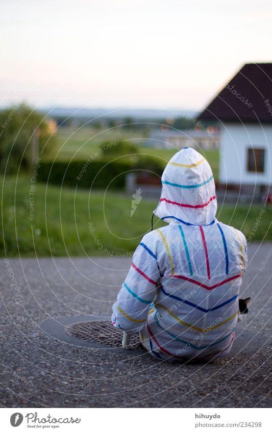 waiting for the rain 2 maskulin Junger Mann Jugendliche 1 Mensch Gras Schutzbekleidung Regenmantel Tier Haustier Katze beobachten warten Farbfoto Außenaufnahme