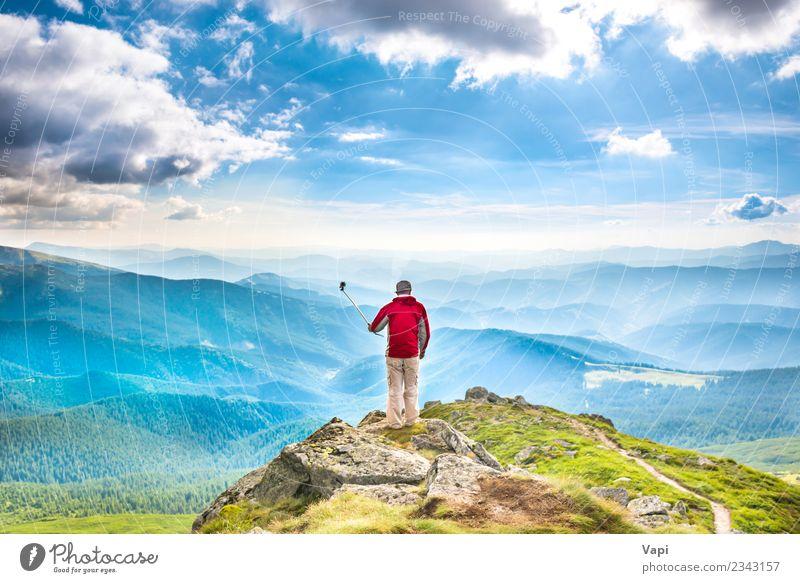 Junger Mann auf dem Gipfel des Berges fotografiert mit dem Smartphone. Lifestyle Freude schön Freizeit & Hobby Ferien & Urlaub & Reisen Tourismus Ausflug