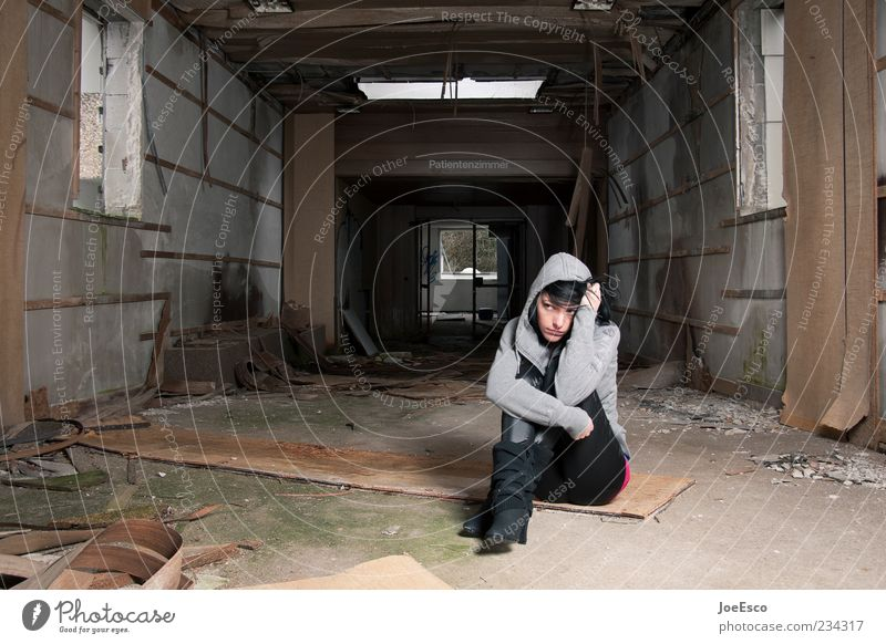 #234317 Frau Einsamkeit Erwachsene Erholung dunkel Leben kalt Stil Traurigkeit träumen Raum Angst dreckig sitzen kaputt Stiefel