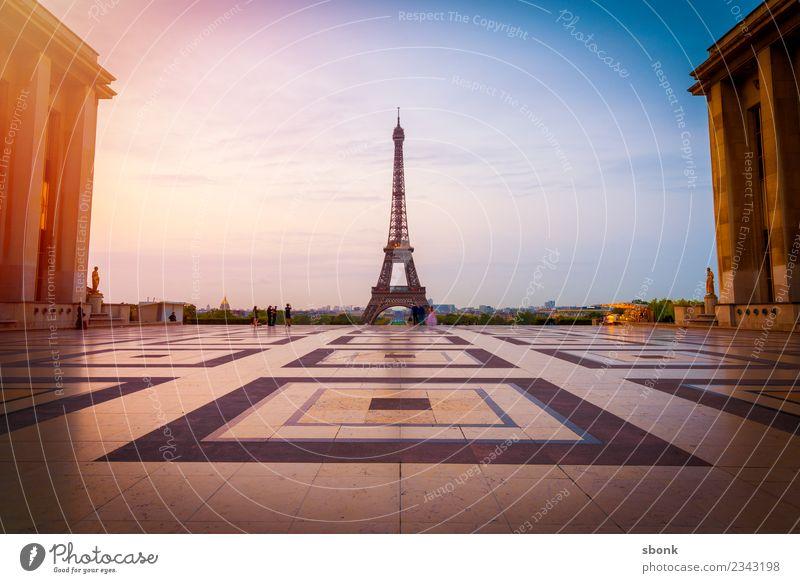 Paris am Morgen Frankreich Stadt Hauptstadt Skyline Bauwerk Sehenswürdigkeit Wahrzeichen Denkmal Tour d'Eiffel Ferien & Urlaub & Reisen Eiffeltower Großstadt