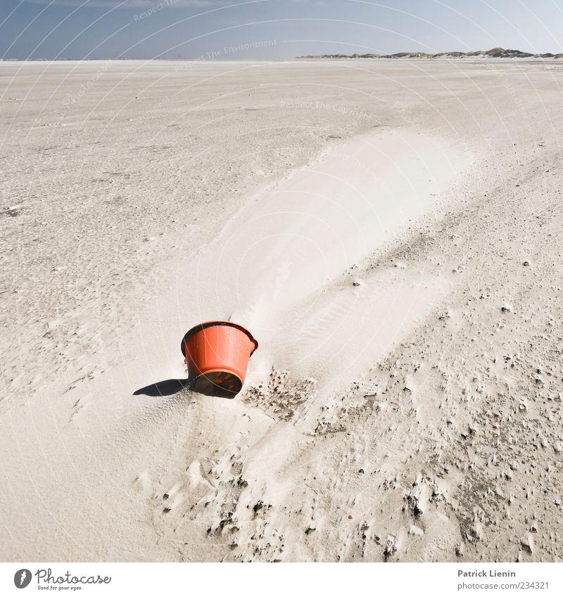 Spiekeroog | Kick the bucket Ferne Strand Umwelt Natur Landschaft Urelemente Sand Himmel Horizont Sonnenlicht Wetter Küste blau rot Stimmung Eimer Düne