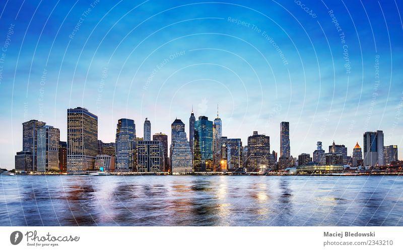 Himmel blau Stadt Architektur Gebäude Häusliches Leben Büro Hochhaus USA Fluss Skyline Stadtzentrum Bankgebäude Flussufer Abenddämmerung Manhattan