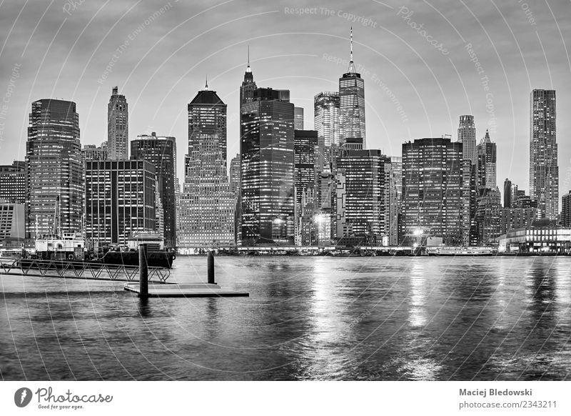 Schwarz-weiße Skyline von New York City bei Nacht. Büro Himmel Fluss Stadtzentrum Hochhaus Bankgebäude Hafen Gebäude Architektur Mauer Wand Business Erfolg