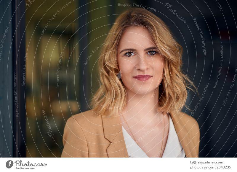Elegante Frau, die auf dunklem Hintergrund steht. elegant Gesicht Dekoration & Verzierung Erfolg Arbeit & Erwerbstätigkeit Business Unternehmen Karriere