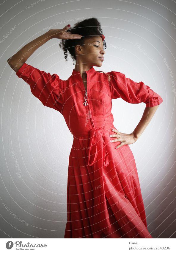 Lilian feminin Frau Erwachsene 1 Mensch Kleid Schmuck Haare & Frisuren brünett langhaarig Locken Afro-Look Bewegung drehen Erholung festhalten genießen Tanzen