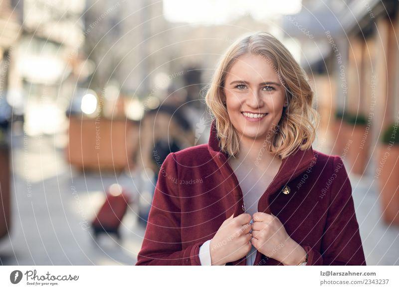 Attraktive junge blonde Frau mit einem freundlichen Lächeln. Stil Glück Erwachsene 1 Mensch 18-30 Jahre Jugendliche Herbst Mode Mantel Fröhlichkeit Lebensfreude